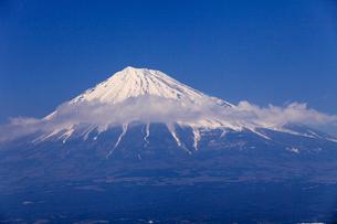 4月春,雁公園から見た青空に映える残雪の富士山の写真素材 [FYI01779048]