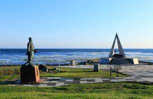 「日本最北端の地」の記念碑と間宮林蔵立像の写真素材 [FYI01779060]