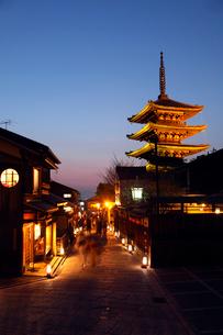 3月春 黄昏の八坂の塔 京都の春景色の写真素材 [FYI01779076]