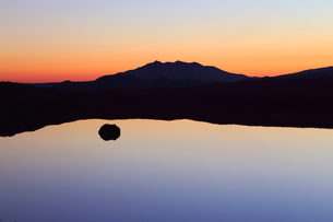 第一展望台から見た黎明の摩周湖の写真素材 [FYI01779096]