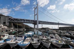 12月初冬 瀬戸大橋と下津井港の写真素材 [FYI01779108]