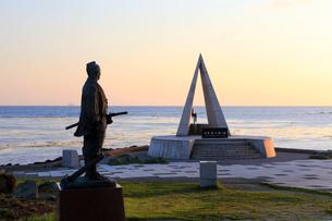 「日本最北端の地」の記念碑と間宮林蔵立像の写真素材 [FYI01779160]