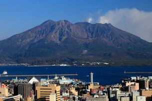 1月 鹿児島市の城山展望台から見た桜島の写真素材 [FYI01779168]