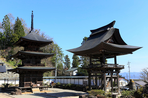4月春,信州小川村の宝珠山高山寺の写真素材 [FYI01779172]