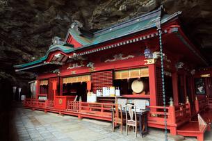 5月,宮崎県日南海岸の鵜戸(うど)神宮の拝殿の写真素材 [FYI01779269]