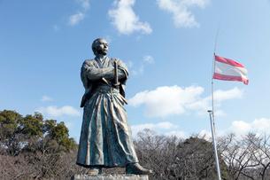 2月,長崎の風頭(かざがしら)公園の坂本龍馬像の写真素材 [FYI01779288]