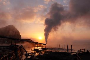 1月 山川製塩工場跡地に噴き出す高温水蒸気の写真素材 [FYI01779412]