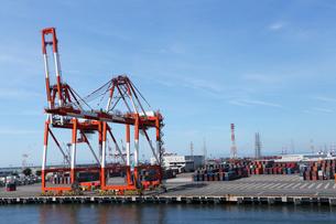 7月 名古屋港のガントリークレーンとコンテナの写真素材 [FYI01779441]
