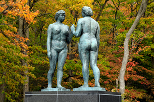 10月 乙女の像 紅葉の十和田湖 秋の東北の写真素材 [FYI01779458]