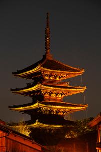 3月春 黄昏の八坂の塔 京都の春景色の写真素材 [FYI01779480]