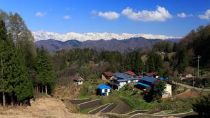 4月,信州小川村から見た残雪の北アルプスの写真素材 [FYI01779518]