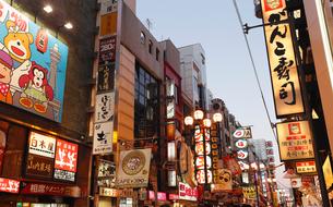 12月大阪 夕暮れの道頓堀界隈の写真素材 [FYI01779529]