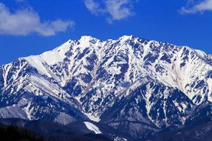 4月,信州小川村から見た残雪の北アルプスとの写真素材 [FYI01779536]