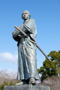 2月,長崎の風頭(かざがしら)公園の坂本龍馬像の写真素材 [FYI01779557]