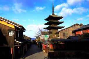 1月 冬の八坂塔-京都東山の風景の写真素材 [FYI01779585]
