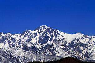 4月,信州小川村から見た残雪の北アルプスとの写真素材 [FYI01779587]