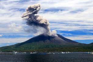 平成27年6月,海潟港から見た噴火する桜島の写真素材 [FYI01779618]