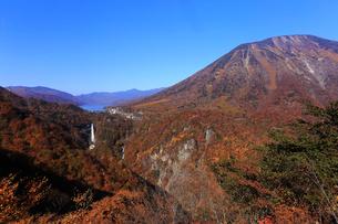 10月 紅葉の華厳の滝と中禅寺湖 明智平からの展望の写真素材 [FYI01779697]