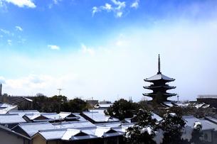 2月 残雪の八坂塔-京都東山の風景-の写真素材 [FYI01779728]