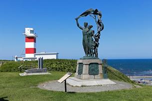 宗谷岬灯台とあけぼの像,の写真素材 [FYI01779731]