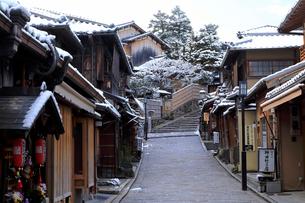2月 雪化粧の二寧坂(二年坂)の写真素材 [FYI01779768]