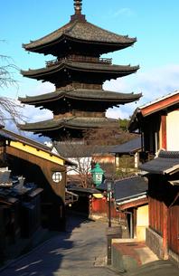 1月 冬の八坂塔-京都東山の風景の写真素材 [FYI01779780]