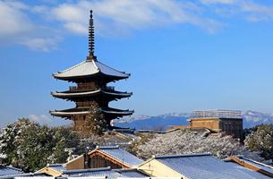 2月 雪化粧の八坂塔-京都東山の風景-の写真素材 [FYI01779832]