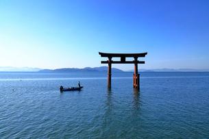 5月   琵琶湖西岸の白髭神社鳥居とバス釣りの写真素材 [FYI01779844]