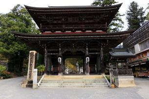 4月 谷汲山華厳寺の山門の写真素材 [FYI01779909]