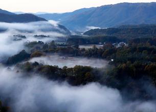 10月 霧まとう開田高原の写真素材 [FYI01779913]