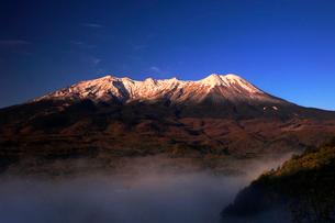 10月 夜明けの御嶽山の写真素材 [FYI01779950]
