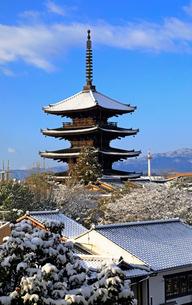 1月 残雪の八坂塔-京都東山の風景-の写真素材 [FYI01779968]