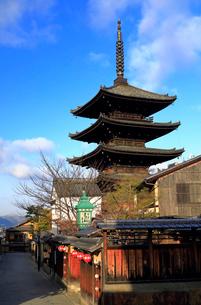 1月 冬の八坂塔-京都東山の風景の写真素材 [FYI01779984]