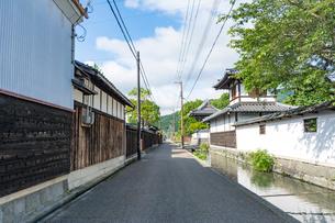五個荘金堂の町並み,寺前・鯉通りにて舟板塀の蔵と水路の写真素材 [FYI01780092]