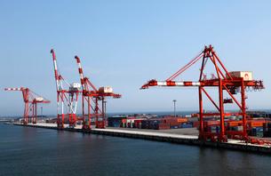 8月 仙台港のガントリークレーンとコンテナの写真素材 [FYI01780122]