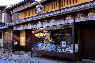 1月 京都清水焼の店 -冬の清水坂-の写真素材 [FYI01780132]