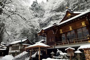 2月 雪化粧の貴船神社-京都の冬-の写真素材 [FYI01780135]