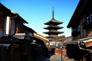 1月 冬の八坂塔-京都東山の風景の写真素材 [FYI01780139]
