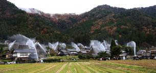 12月 美山かやぶきの里の一斉放水の写真素材 [FYI01780141]