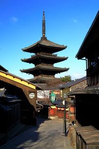 1月 冬の八坂塔-京都東山の風景の写真素材 [FYI01780150]