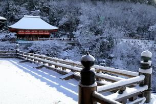 1月 清水の舞台から見た奥の院-清水寺の雪景色-の写真素材 [FYI01780178]