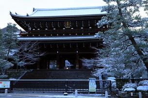 2月 雪化粧した知恩院三門の写真素材 [FYI01780190]