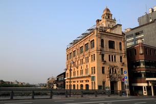5月 鴨川たもとの東華彩館の写真素材 [FYI01780201]