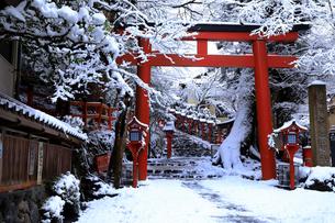 2月 雪化粧の貴船神社-京都の冬-の写真素材 [FYI01780221]
