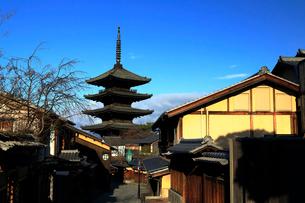 1月 冬の八坂塔-京都東山の風景の写真素材 [FYI01780235]