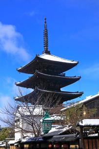 1月 雪化粧の八坂塔-京都東山の風景-の写真素材 [FYI01780302]