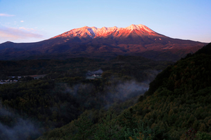10月 夜明けの御嶽山の写真素材 [FYI01780352]
