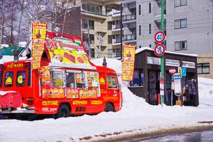 移動販売車とバス停の写真素材 [FYI01780393]