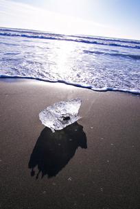 十勝川河口の氷と朝の海の写真素材 [FYI01780415]