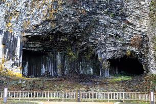 12月 玄武洞の玄武岩柱状節理の写真素材 [FYI01780479]